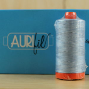 Aurifil Garn in der Farbe 'Stone Washed Denim'