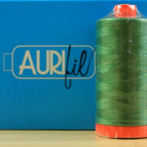 Aurifil Garn in der Farbe 'Very Dark Grass Green'